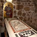 Чудо: Мироточи гробот на свети Георгиј во Израел