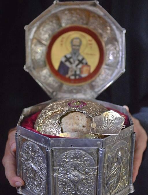 Главата на Свети Климент, во манастирот Св. Пантелејмон, Верија